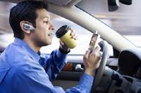 За рулем теперь меньше звонят — но вдвое больше сидят в интернете с телефона