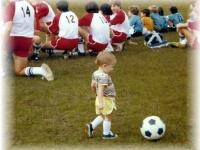 Малыш-футболист играет лучше профессионалов (видео)