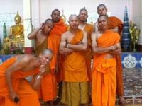 Путешественник получает фото лаосских монахов с потерянного iPod