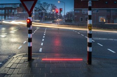 В Нидерландах появился наземный светофор для тех, кто не может оторваться от смартфона во время ходьбы