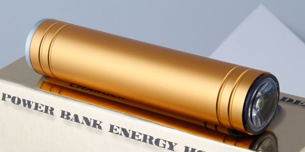 Просмотров.  Kokosik.  Poldera Power Bank: мобильное зарядное устройство со встроенным фонариком.