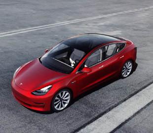 Девушка вшила в руку чип для открытия Tesla Model 3