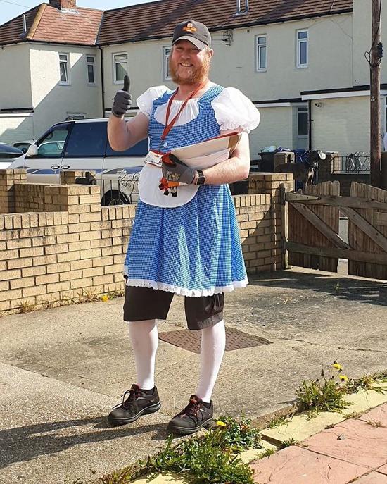 4postman-funny-costumes-jon-matson-16-5e819499f1266__700.jpg (387 KB)