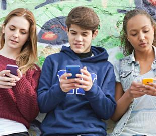 Ученые выяснили, как электромагнитное излучение смартфонов влияет на мозг подростков