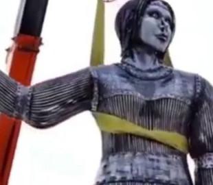 """""""Мы будем тебя помнить"""": видео демонтажа пугающего памятника в России насмешило украинцев"""