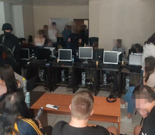 """Полицейские """"накрыли"""" колл-центр телефонных мошенников"""
