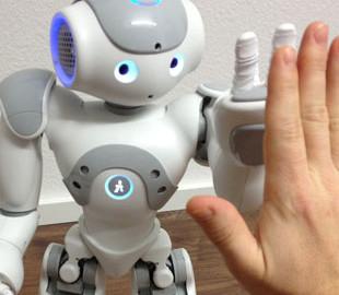 Выражающий эмоции робот помог людям наладить взаимодействие друг с другом